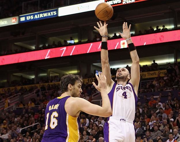 Marcin Gortat z Phoenix Suns (z prawej) kontra Pau Gasol z Los Angeles Lakers /AFP