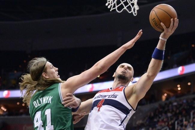 Marcin Gortat (z piłką) podczas meczu z Boston Celtics /PAP/EPA
