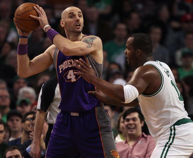 """Marcin Gortat (z piłką) w spotkaniu z Boston Celtics zaliczył """"double-double"""" /AFP"""