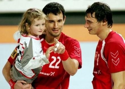 Marcin i Krzystof Lijewscy oraz mała Natalka na rękach taty /AFP
