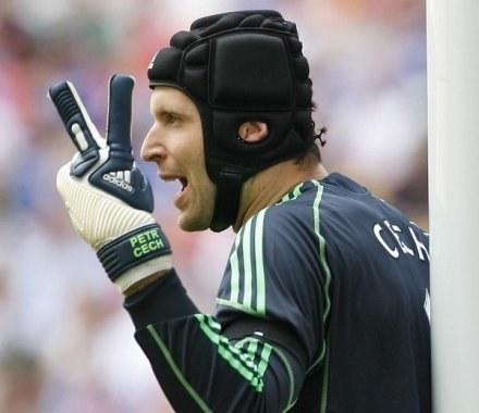 Marcin Kikut w trakcie meczów będzie musiał nosić podobny kask, jaki ma Petr Cech /AFP