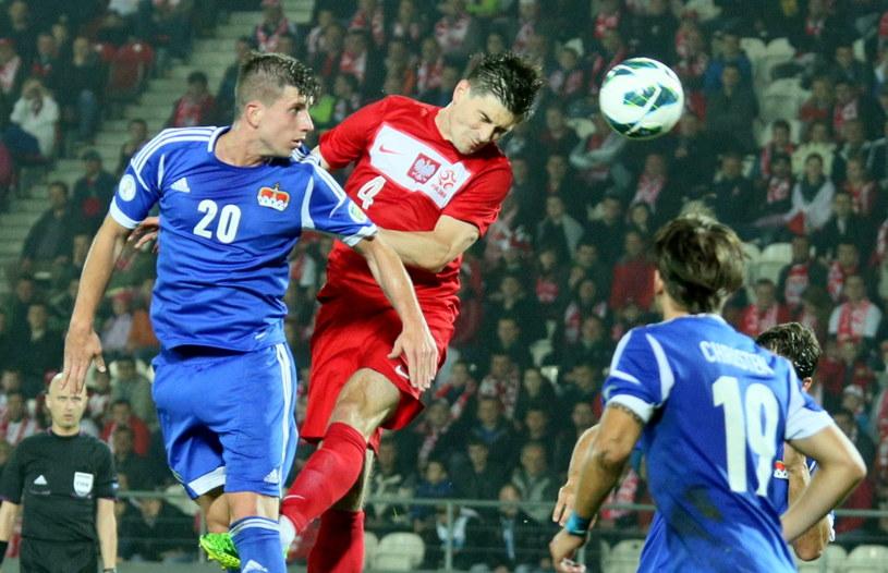 Marcin Komorowski walczy o piłkę z Sandro Wieserem /Fot. Stanisław Rozpędzik /PAP