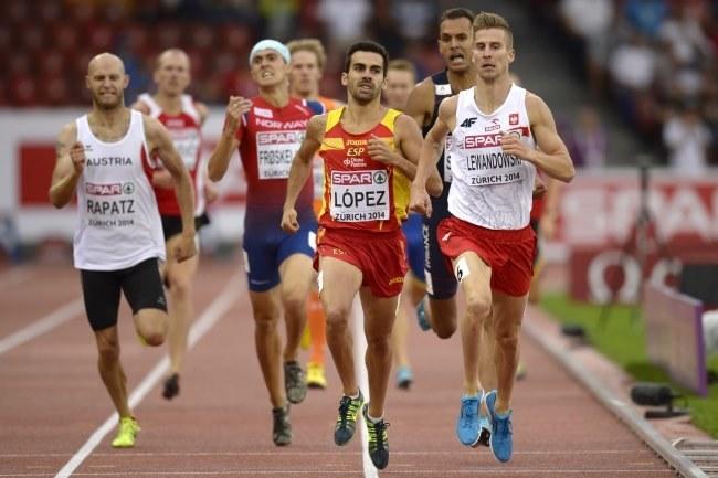 Marcin Lewandowski (z prawej) podczas eliminacji w biegu na 800 m /PAP/EPA
