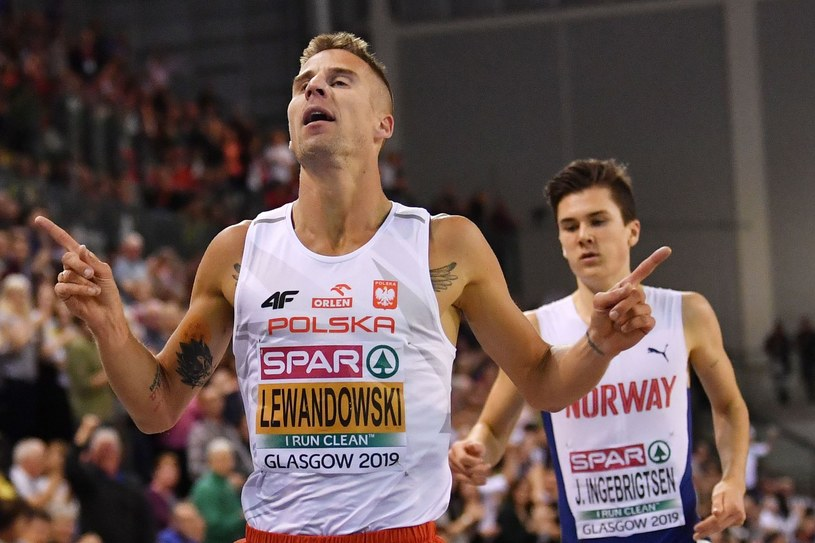 Marcin Lewandowski, za nim Norweg Jakob Ingebrigtsen /AFP/AFP BEN STANSALL /AFP