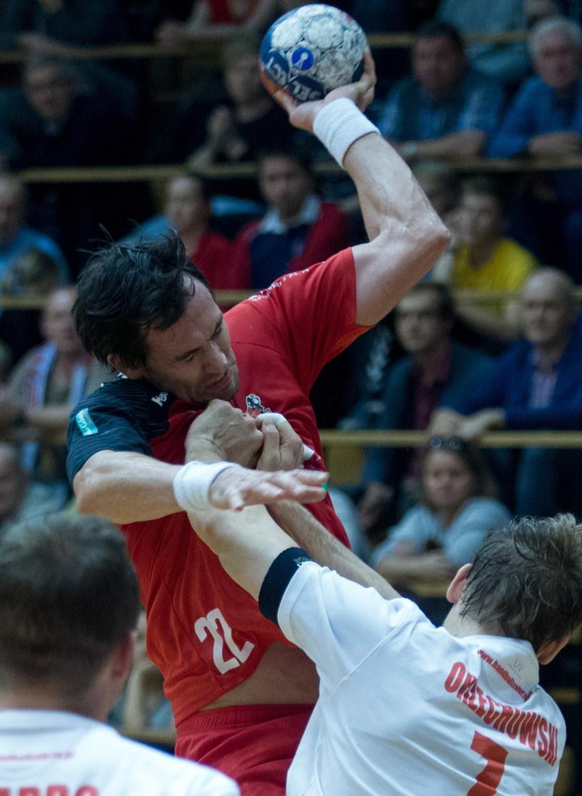 Marcin Lijewski (z piłką) broni teraz barw Wybrzeża Gdańsk /Fot. Andrzej Grygiel /PAP