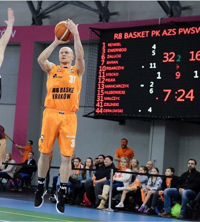Marcin Malczyk z R8 Basket rzuca z dystansu. /Paweł Krawczyk /INTERIA.PL
