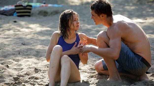 Marcin (Mikołaj Roznerski)   uratuje topiącą się dziewczynę i... od razu się w niej zakocha /Agencja W. Impact