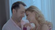 """Marcin Miller i tajemnicza blondynka: Zobacz teledysk """"Na karuzeli życia"""""""