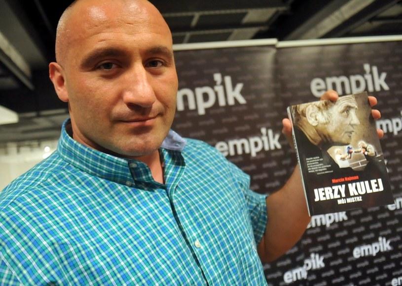 Marcin Najman prezentuje swoją książkę o Jerzym Kuleju. /East News