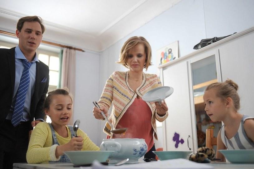 Marcin nie potrafi gotować, ale dziewczynki zaproponują, że go nauczą /Agencja W. Impact