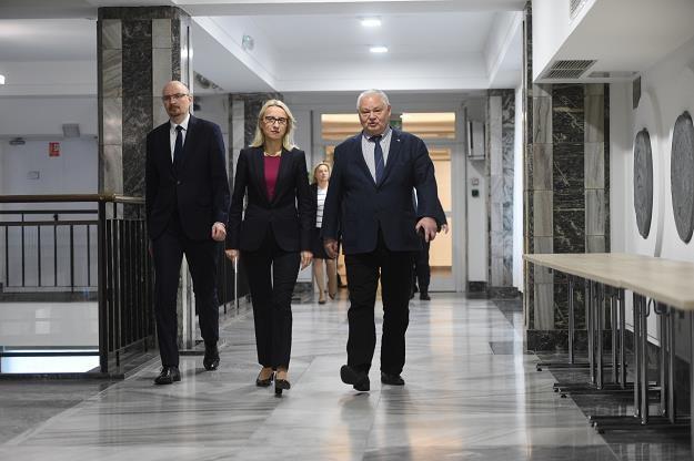 Marcin Pachucki, Teresa Czerwińska i Adam Glapiński w drodze na spotkanie informacyjne KSF /East News