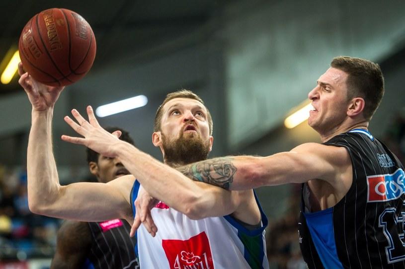 Marcin Sroka (z prawej) z BM Slam Stal Ostrów Wlkp. i Piotr Stelmach z Anwilu Włocawek podczas meczu Tauron Basket Ligi /PAP