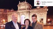 Marcin Tyszka z rodzicami w eleganckich stylizacjach