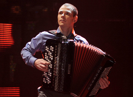 "Marcin Wyrostek w finale ""Mam talent"" - fot. Andras Szilagyi /MWMedia"