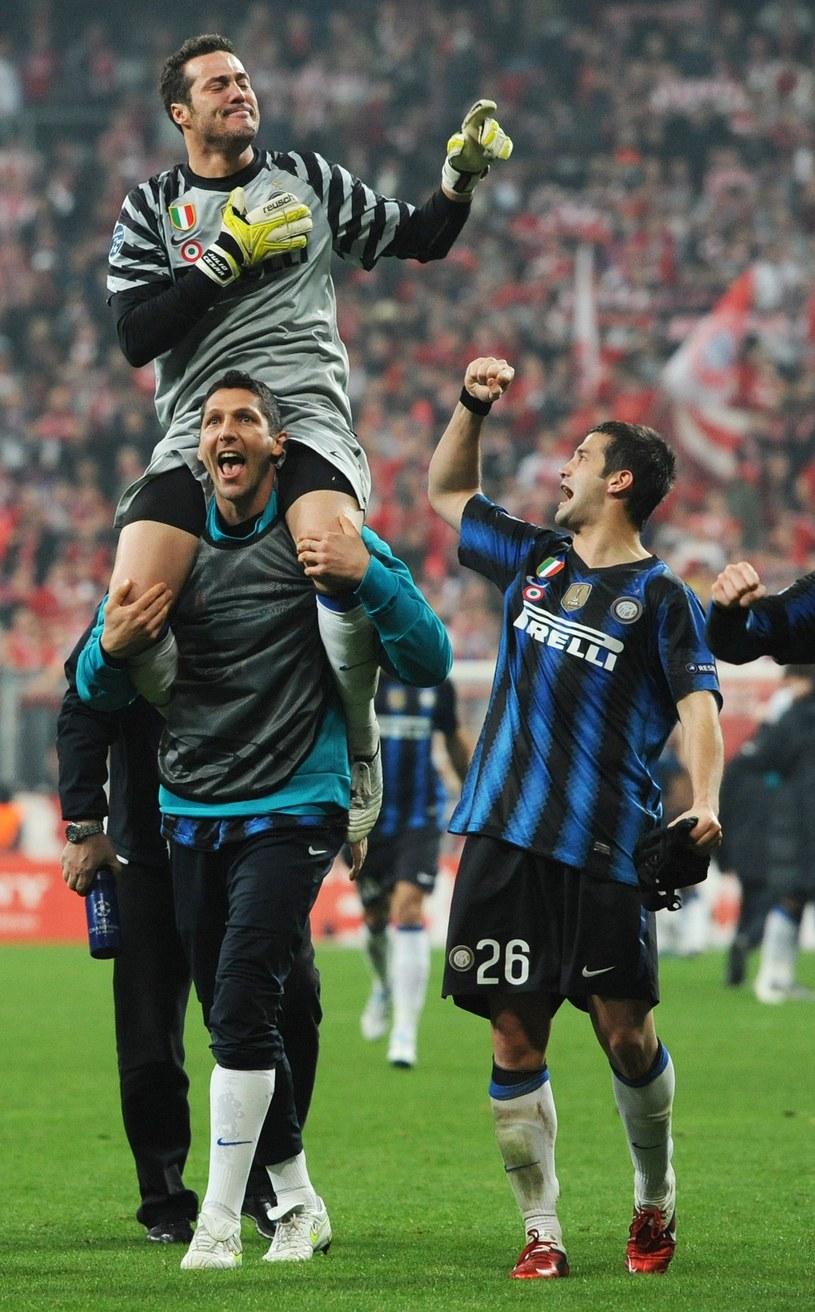 Marco Materazzi niesie na barkach swego kumpla z Interu Julio Cesara. /AFP