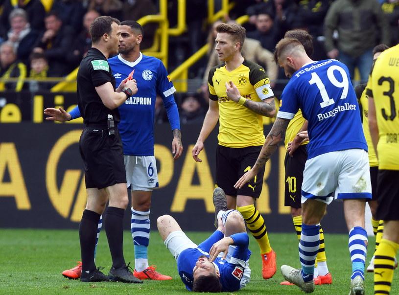 Marco Reus został ukarany czerwoną kartką w meczu z Schalke /David Hecker    /PAP/EPA
