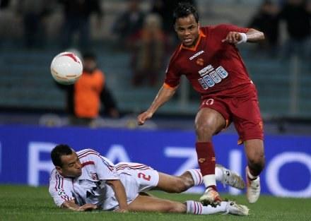 Marcos Cafu próbuje zatrzymać Amantino Manciniego /AFP