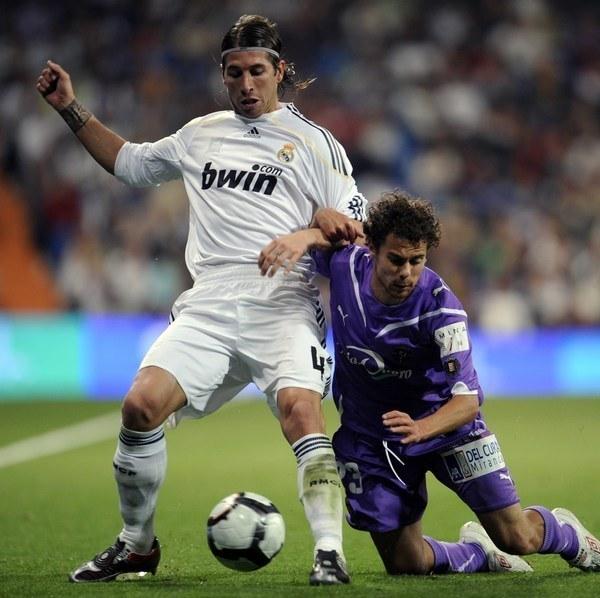 Marcos Garcia Barreno, czyli Marquitos (z prawej) w meczu przeciwko Realowi Madryt z października 2009 roku (w białym stroju Sergio Ramos) /AFP