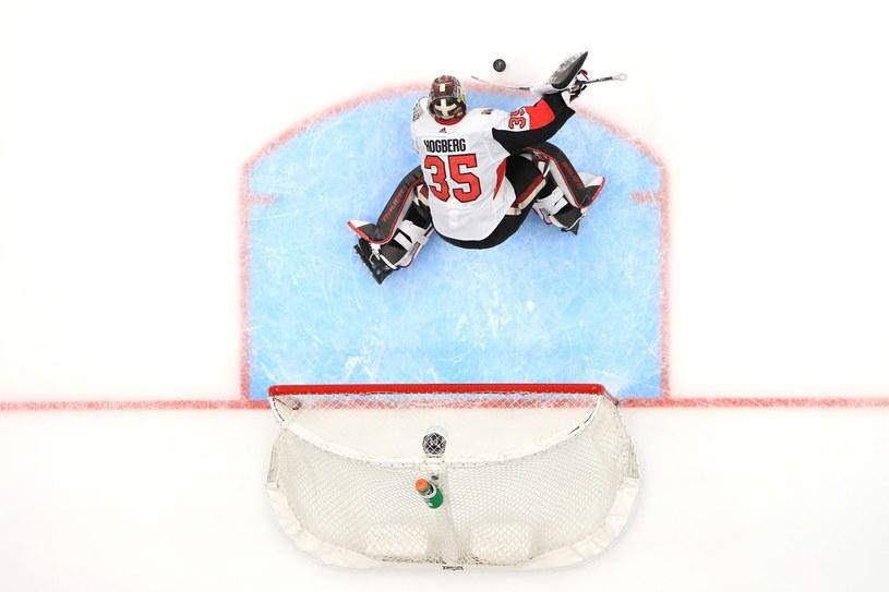 Marcus Hogberg broni dostępu do bramki Ottawa Senators podczas meczu z Anaheim Ducks 10 marca /AFP