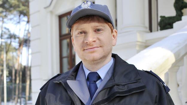 Marczak (Artur Pontek) jest bardzo pracowitym i sumiennym policjantem. Niestety, nie zawsze udaje mu się sprostać oczekiwaniom przełożonego /Niemiec /AKPA