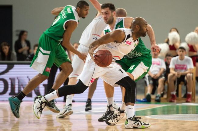 Mardy Collins (z piłką) rzucił najwięcej punktów dla PGE Turowa Zgorzelec /Maciej Kulczyński /PAP