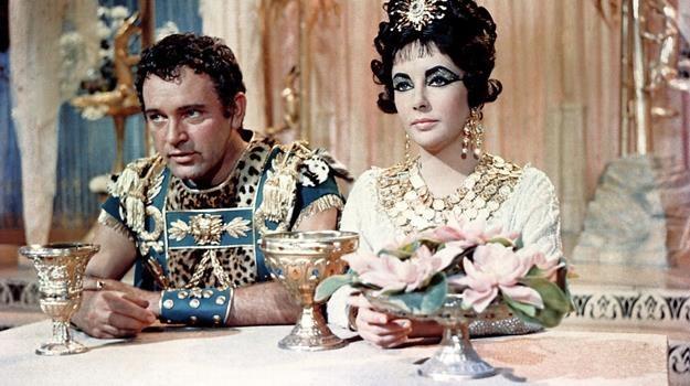 Marek Antoniusz (Richard Burton) i Kleopatra (Elizabeth Taylor) nie wygrali wojny z telewizją... /East News
