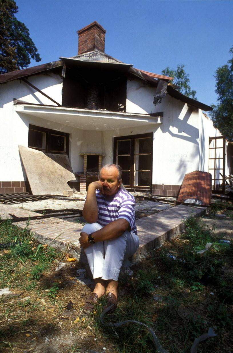 Marek Kotański na zgliszczach domu, który został spalony przez mieszkańców wsi Laski, którzy protestowali przeciwko umieszczeniu na terenie ich gminy domów Monaru /Jarosław Stachowicz  /Agencja FORUM