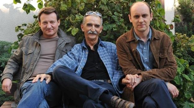 Marek Koterski (C) ze swoimi aktorami: Robertem Więckiewiczem (L) i Adamem Woronowiczem (P) /materiały dystrybutora