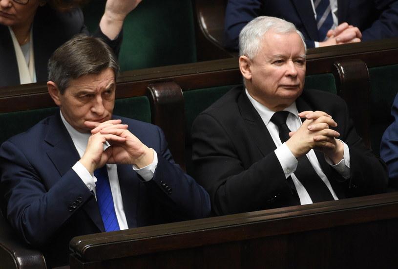 Marek Kuchciński i Jarosław Kaczyński w czasie debaty /Radek Pietruszka /PAP