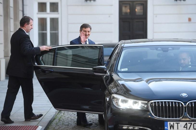 Marek Kuchciński wsiada do limuzyny /Zbyszek Kaczmarek /Reporter