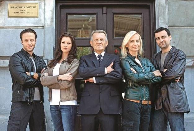 Marek (Marek Krupski, od lewej), Anna (Anna Lucińska), Bronisław (Bronisław Cieślak), Magda (Magdalena Rembacz)  i Tomek (Tomasz Mandes) – detektywi są gotowi na 500 następnych spraw. /Mat. Prasowe
