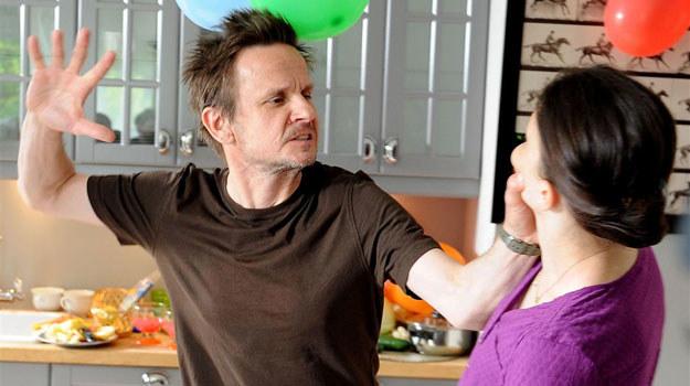 Marek Pokorski (Bartłomiej Topa) od lat boryka się z problemem alkoholowym. Jego żona na własnej skórze przekonała się, że Marek to brutalny łajdak! /Agencja W. Impact