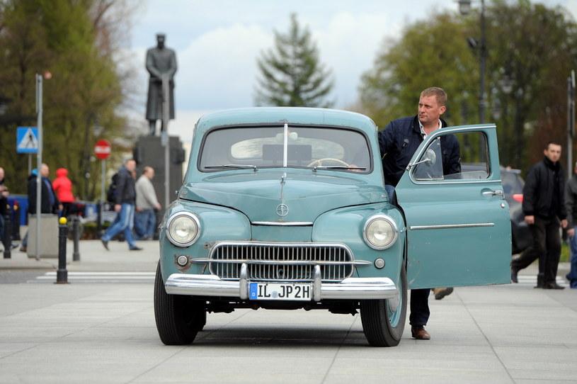 Marek Schramm jedzie na kanonizację Jana Pawła II samochodem warszawa M20, należącym niegdyś do Karola Wojtyły /Grzegorz Jakubowski /PAP