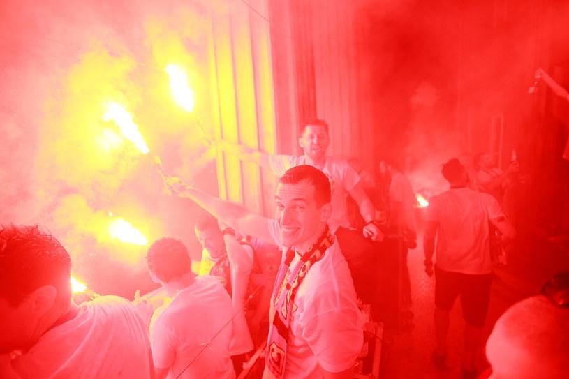 Marek Wasiluk (na pierwszym planie) celebruje sukces w centrum miasta /Fot. Maciej Gilewski /Newspix