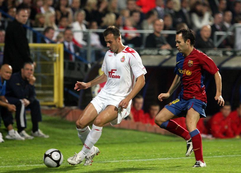 Marek Zieńczuk (z lewej) kontra Andres Iniesta w meczu Wisły Kraków z Barceloną o Ligę Mistrzów w 2008 roku /Artur Barbarowski /East News