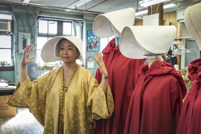 """""""Margaret Atwood. Słowo to siła"""": Kostiumolożka Ane Crabtree zaprojektowała charakterystyczne czerwone stroje, w których występowały bohaterki serialu """"Opowieść podręcznej"""" /HBO /materiały prasowe"""