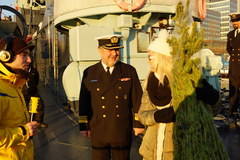 Margaret przekazuje choinkę marynarzom z ORP Błyskawica