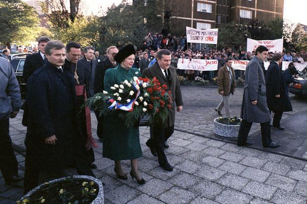 Margaret Thatcher w Gdańsku. Na jednym z transparentów napis: Żądamy rewizji układu z Jałty /AFP