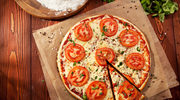 Margherita z pomidorami, mozzarellą i bazylią