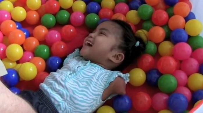 Maria, dzięki intensywnej terapii, nauczyła się samodzielnie pić, jeść, malować, trzymając pędzel w ustach, a nawet schodzić po schodach /YouTube