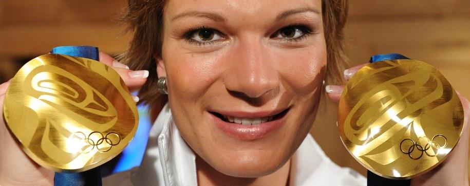 Maria Hoefl-Riesch z dwoma złotymi medalami wywalczonymi w Vancouver /PETER KNEFFEL /PAP/EPA
