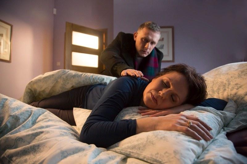 Maria pozwoli mężowi - udając, że już zasnęła - by wszedł do sypialni i ją pocałował… /Agencja W. Impact