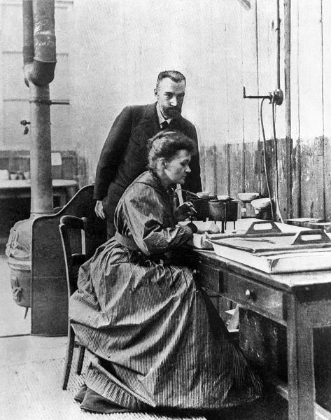 Maria Skłodowska-Curie z mężem Piotrem w laboratorium