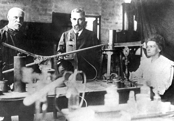 Maria Skłodowska-Curie, jej mąż Piotr (w środku) i professor Petit w laboratorium przy ulicy Lhomond w Paryżu, ok. 1900 r.