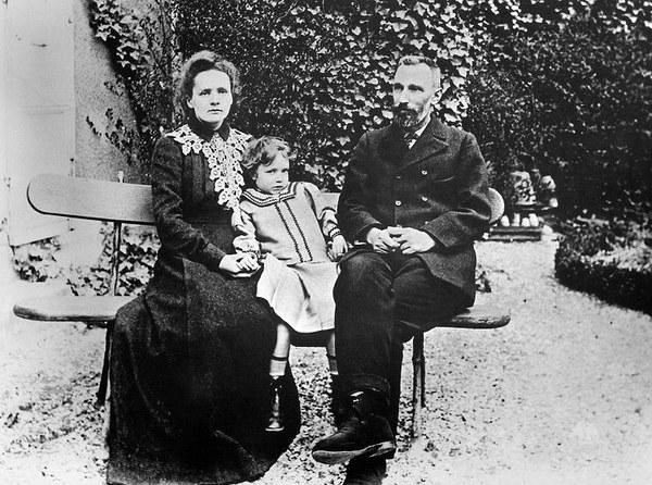 Maria Skłodowska-Curie z mężem Piotrem i starszą córką - Irene, 1904 r.