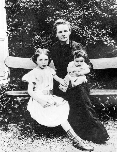 Maria Skłodowska-Curie z córkami: starszą Irene i młodszą Eve, 1904 r.