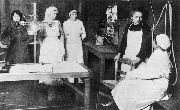 Maria Skłodowska-Curie szkoli pielęgniarki w zakresie wykonywania zdjęć rentgenowskich