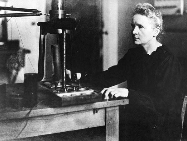 Maria Skłodowska-Curie w swoim laboratorium na uniwersytecie w Paryżu 1925