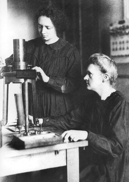 Maria Skłodowska-Curie z córką Irene w paryskim Instytucie Radu, 1925 r.