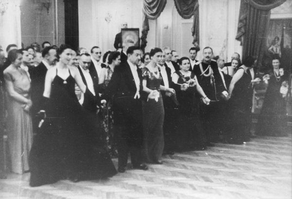 Maria Wojciechowska odstawała od elit, które chciały bawić się na balach takich jak ten na zdjęciu, w kasynie oficerskim (domena publiczna) /Ciekawostki Historyczne